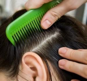расчесывание волос расческой